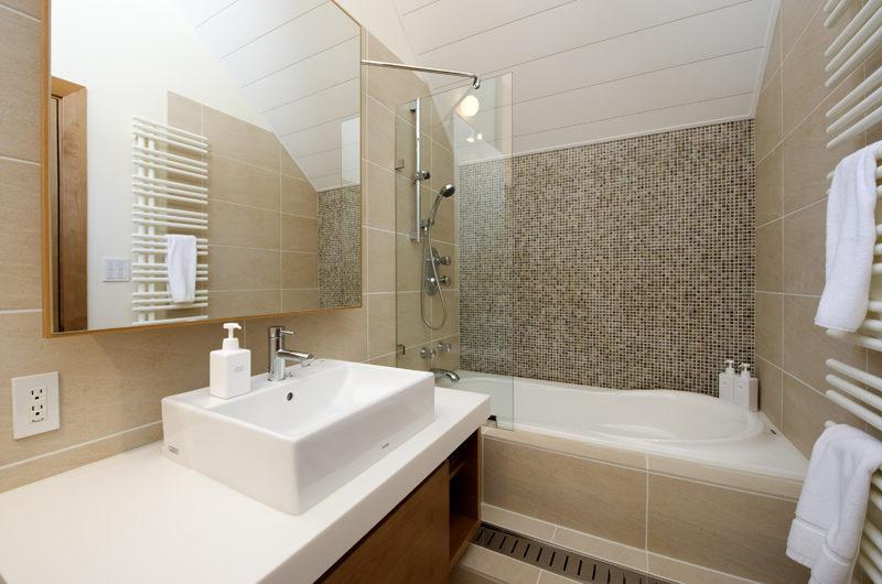 Annabel En-Suite Bathroom with Bathtub | Izumikyo 2