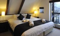Karamatsu Bedroom with Table Lamps | Middle Hirafu