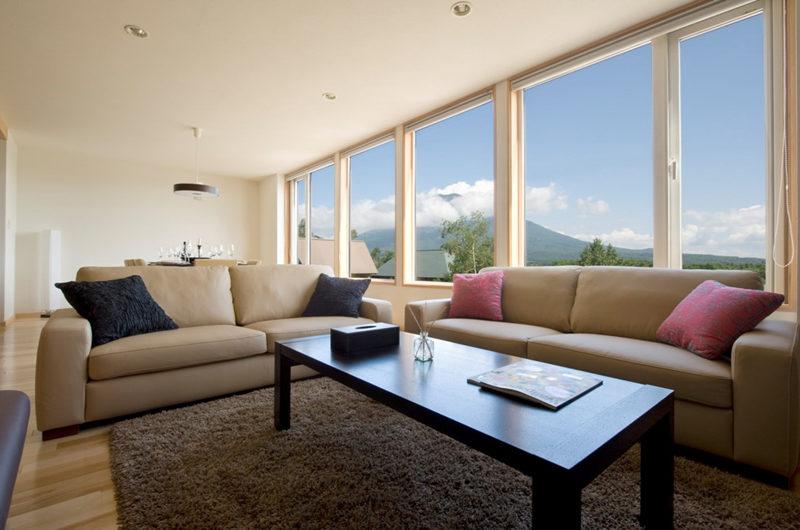 Oak Ridge Living Area with Mountain View | East Hirafu