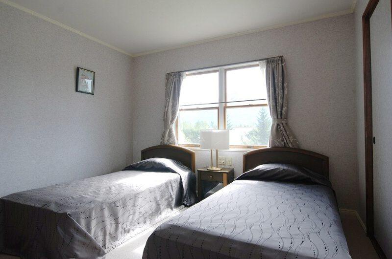 Ramat Niseko Twin Bedroom with Window | East Hirafu