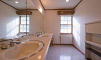Snowgum Lodge Common Bathroom | East Hirafu