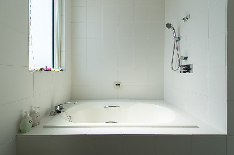 Ummei Bathtub with Shower | Lower Hirafu