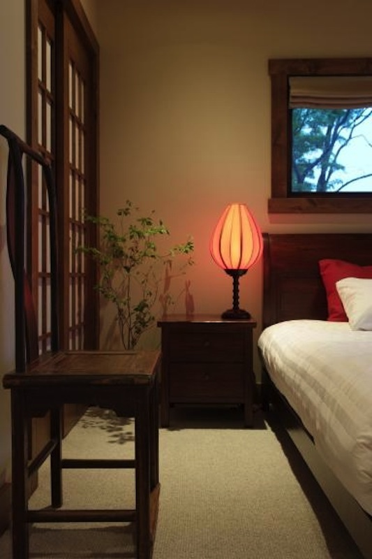 Yamabiko Hanazono Bedroom with Table Lamp | Hanazono