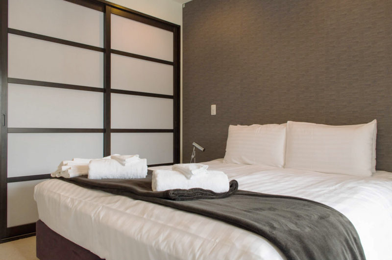 Big Valley King Size Bed with Blanket | Lower Hirafu