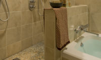 Latitude 42 Bathroom with Bathtub | Lower Hirafu