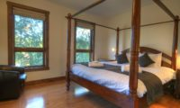 Mangetsu Lodge Four Poster Bed with Seating Area | East Hirafu