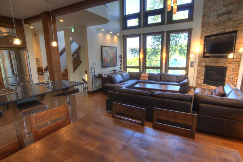Mangetsu Lodge Living Area with Wooden Floor | East Hirafu