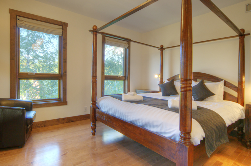 Mangetsu Lodge Four Poster Bed with Wooden Floor | East Hirafu