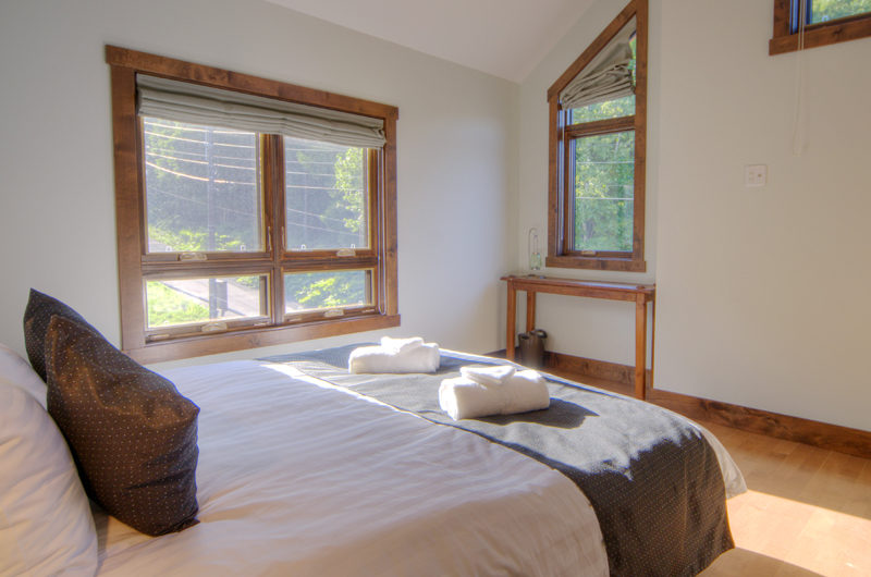 Mangetsu Lodge Bedroom with Windows | East Hirafu