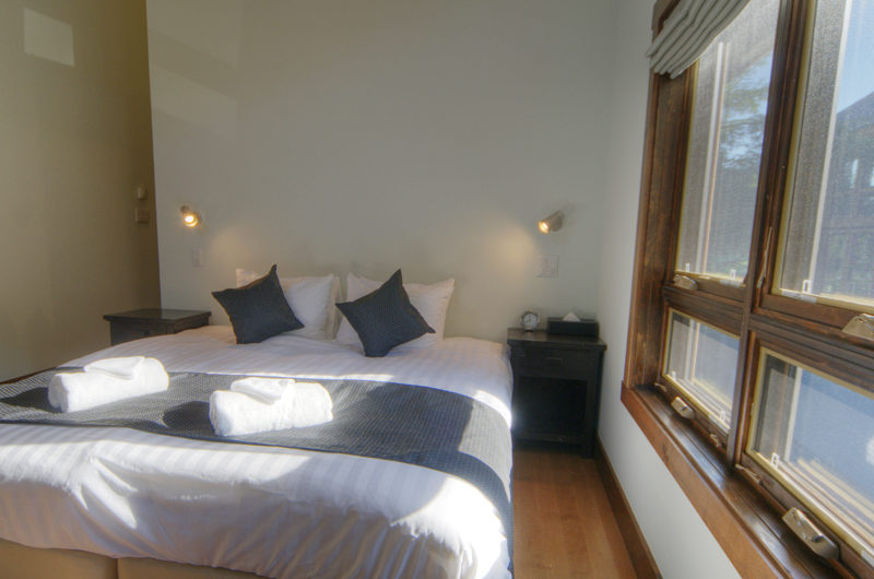 Mangetsu Lodge Bedroom with Lamps | East Hirafu
