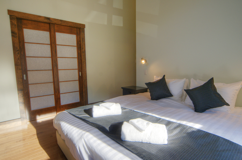 Mangetsu Lodge Bedroom with Lamp | East Hirafu