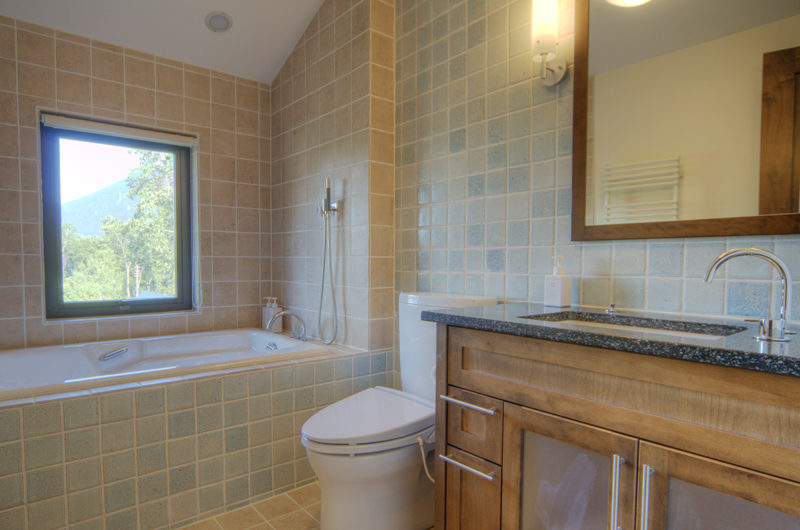 Mangetsu Lodge Bathroom with Bathtub | East Hirafu