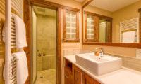 Old Man Creek Bathroom | East Hirafu