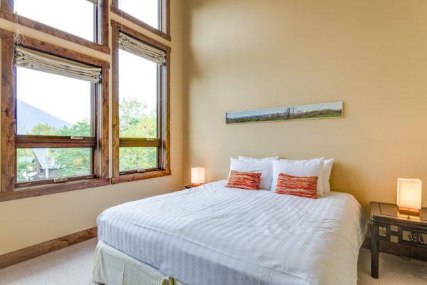 Old Man Creek Bedroom with Lamp | East Hirafu