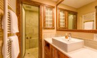 Old Man Creek Bathroom View | East Hirafu