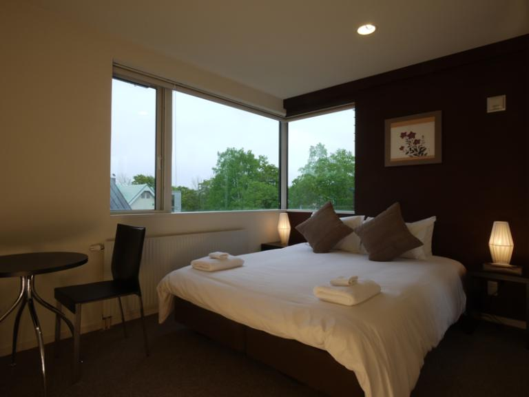 Horizon Townhouses Bedroom with Seating Area | Lower Hirafu
