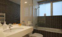 Horizon Townhouses Bathroom with Bathtub   Lower Hirafu