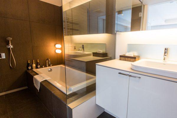 J-Sekka Suites Bathroom with Bathtub | Middle Hirafu