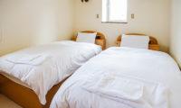 Jurin Cottage Twin Bedroom with window | East Hirafu