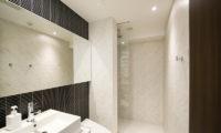 Kizuna Two Bedroom Premium Deluxe Bathroom | Upper Hirafu