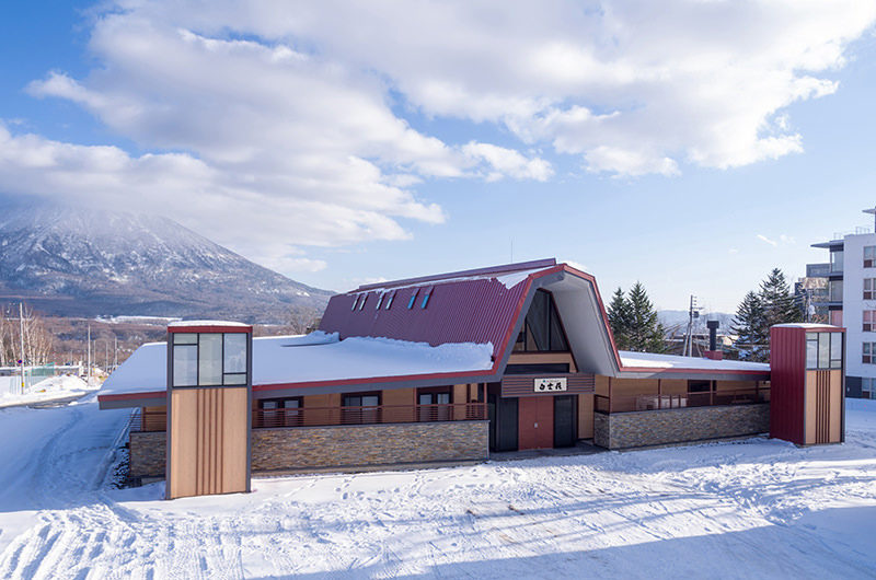Lodge Hakuunso Entrance with Mountain View | Upper Hirafu