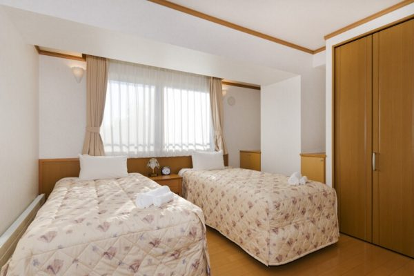 Mountainside Palace Twin Bedroom with Window | Upper Hirafu