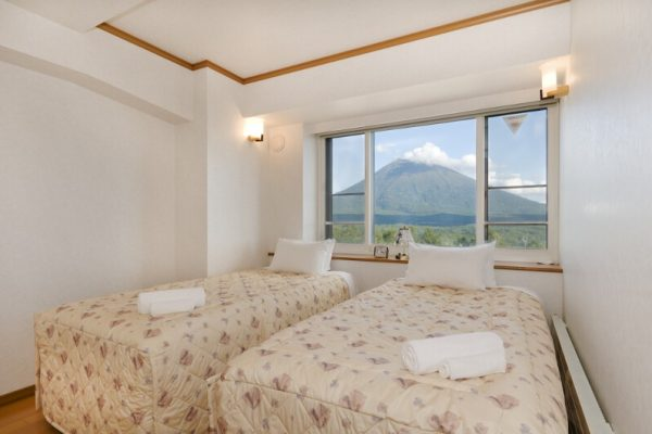Mountainside Palace Twin Bedroom with Mountain View | Upper Hirafu