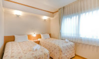 Mountainside Palace Bedroom with Twin Beds | Upper Hirafu