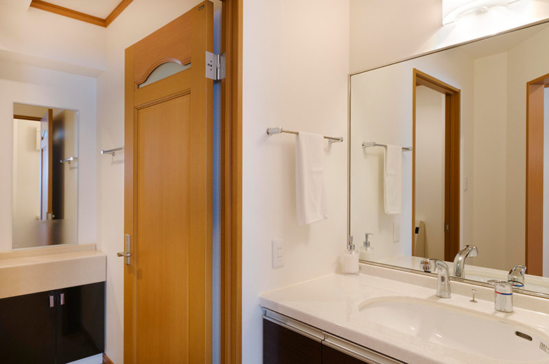 Mountainside Palace Bathroom with Mirror | Upper Hirafu