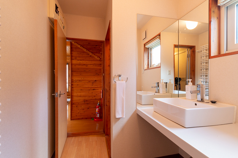 Powder Cottage His and Hers Bathroom with Mirror | Middle Hirafu Village