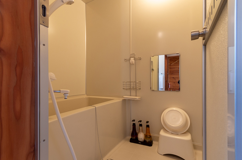 Powder Cottage Bathroom with Bathtub and Mirror | Middle Hirafu Village