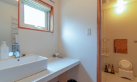Powder Cottage Bathroom with Window | Middle Hirafu Village