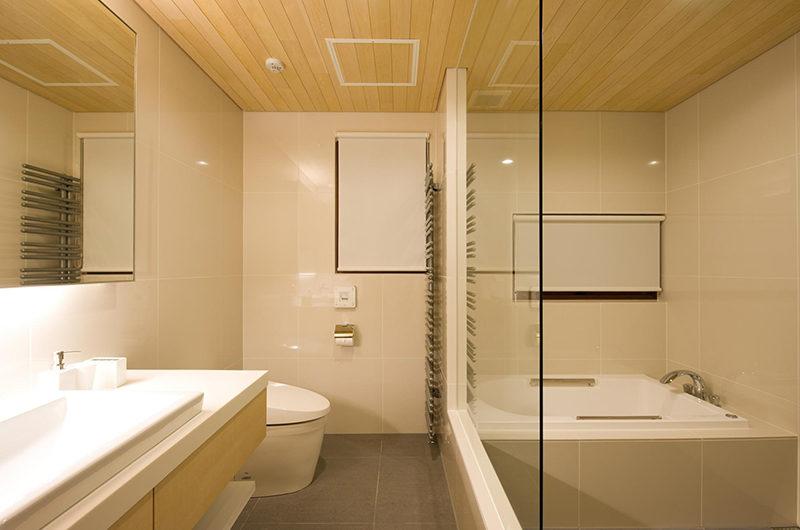 Seshu Bathroom with Bathtub | Lower Hirafu