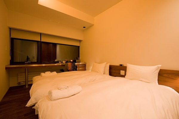 Shikaku Apartments Twin Bedroom Night View | Middle Hirafu