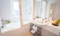 Shirokuma Chalets En-Suite Bathroom with Bathtub | Middle Hirafu