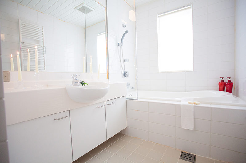 Itoku En-Suite Bathroom with Bathtub | Middle Hirafu