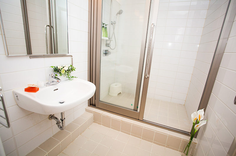 Itoku Bathroom with Shower | Middle Hirafu