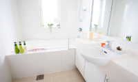 Itoku Bathroom with Bathtub | Middle Hirafu