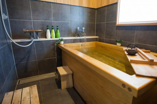 Toshokan Townhouses Bathtub | Middle Hirafu