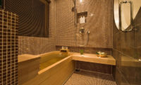 Tsubaki Bathtub with Shower | Lower Hirafu