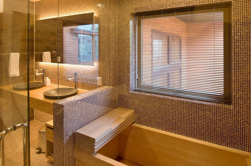 Tsubaki En-Suite His and Hers Bathroom with Bathtub | Lower Hirafu