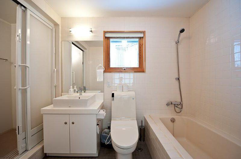 Avalon Bathroom with Bathtub | Lower Hirafu Village