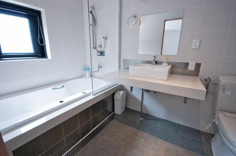 Cecuko En-Suite Bathroom | Middle Hirafu