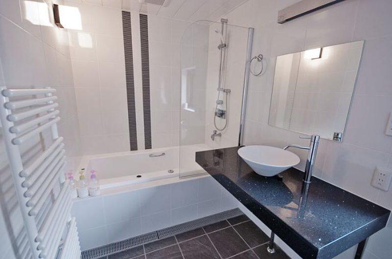 Cecuko Bathroom with Bathtub | Middle Hirafu
