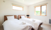 The Chalets at Country Resort Mashu Bedroom with Twin Beds and Carpet | West Hirafu