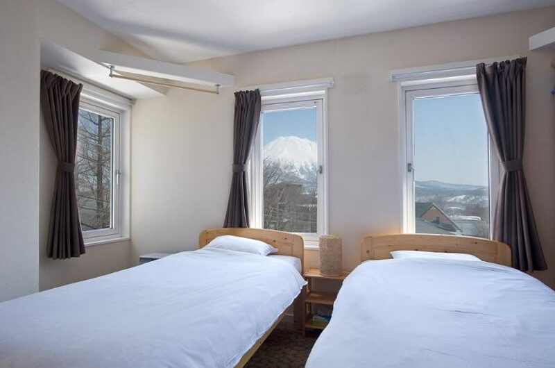 Downtown Lodge Twin Bedroom with Mountain View | Middle Hirafu