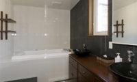 Futagoyama Five Bedroom Chalet Bathroom with Bathtub | Middle Hirafu Villag