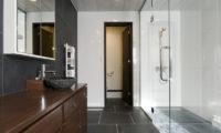 Futagoyama Five Bedroom Chalet Bathroom | Middle Hirafu Villag