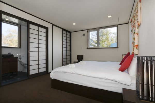 Futagoyama Five Bedroom Chalet Bedroom and Bathroom | Middle Hirafu Villag