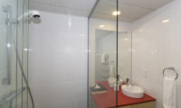 Futagoyama Studio Bathroom with Mirror | Middle Hirafu Villag